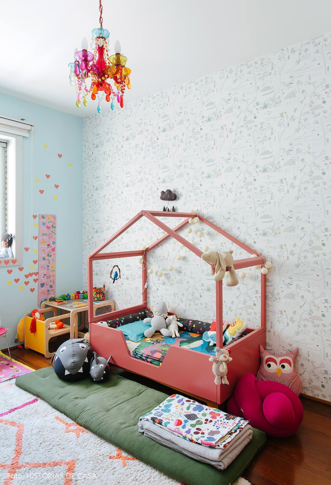 a9876ba1e Quarto de criança com cama rosa de casinha tem lustre colorido
