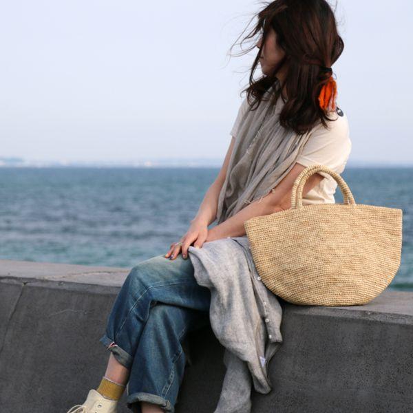 Sans Arcidet(サンアルシデ)のラフィアトートバッグ「KAPITY BAG MEDIUM」。  一切の無駄を省き、素材の美しさを活かしたバッグです。 しなやかで丈夫なラフィアで丁寧に編み上げられた編み目の美しさにも脱帽。 #sansarcidet #サンアルシデ #kapitybag #かごバッグ #ラフィアバッグ #トートバッグ #tasutasu