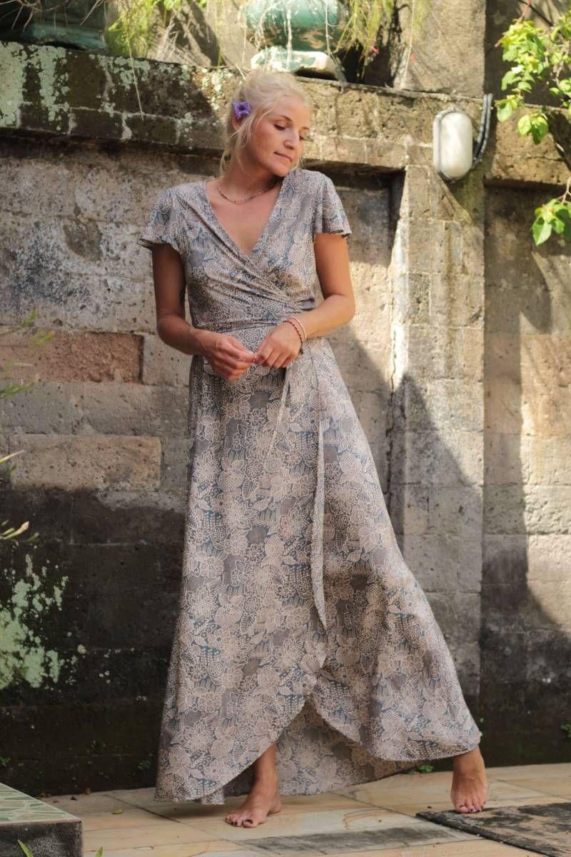 Langes Wickelkleid Blumenmuster Hellblau Grau Frieda The Moon Boho Sommerkleid Wickelkleid Bohemian Mode Boho Chic Kleid