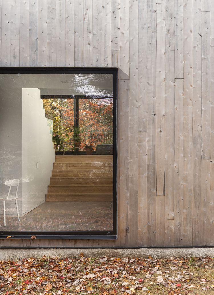 La Shed Architecture Transforms 90 S Bungalow Into Maison Terrebonne Knstrct Haus Architektur Fassade Holz Wohnarchitektur