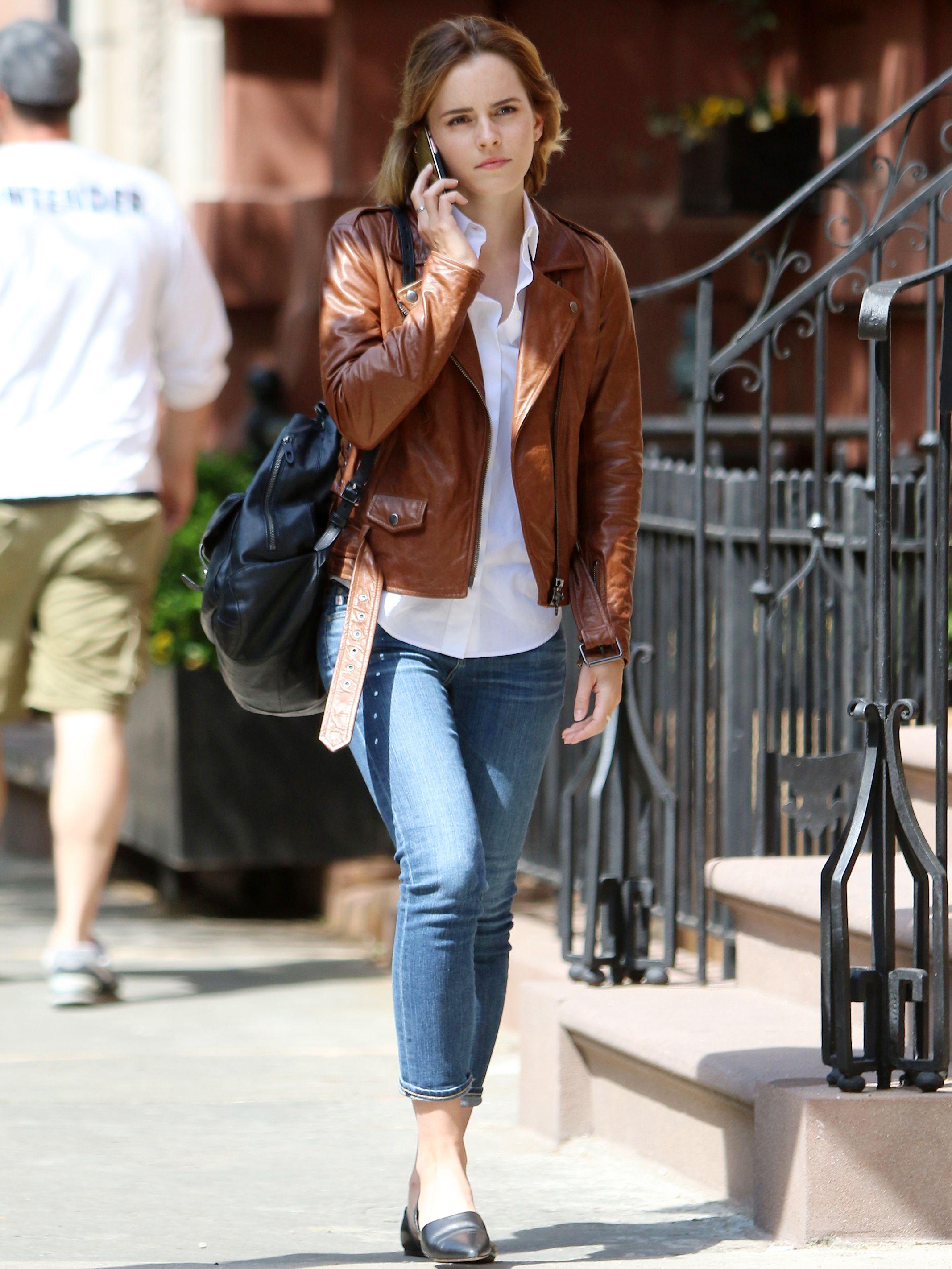 Emma Watson Greets Spring S Breezy Weather In The Perfect Leather Jacket Emma Watson Stil Lederjacke Emma Watson Lassig [ 2845 x 2134 Pixel ]