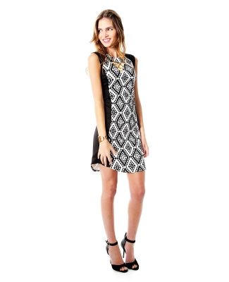 8e81651e9 Vestido Sarah Bustani. Vestido negro estampado