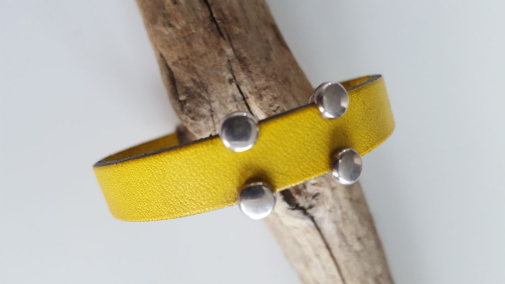 bracelet simple passant via Tête de Ly Nat. Click on the image to see more!
