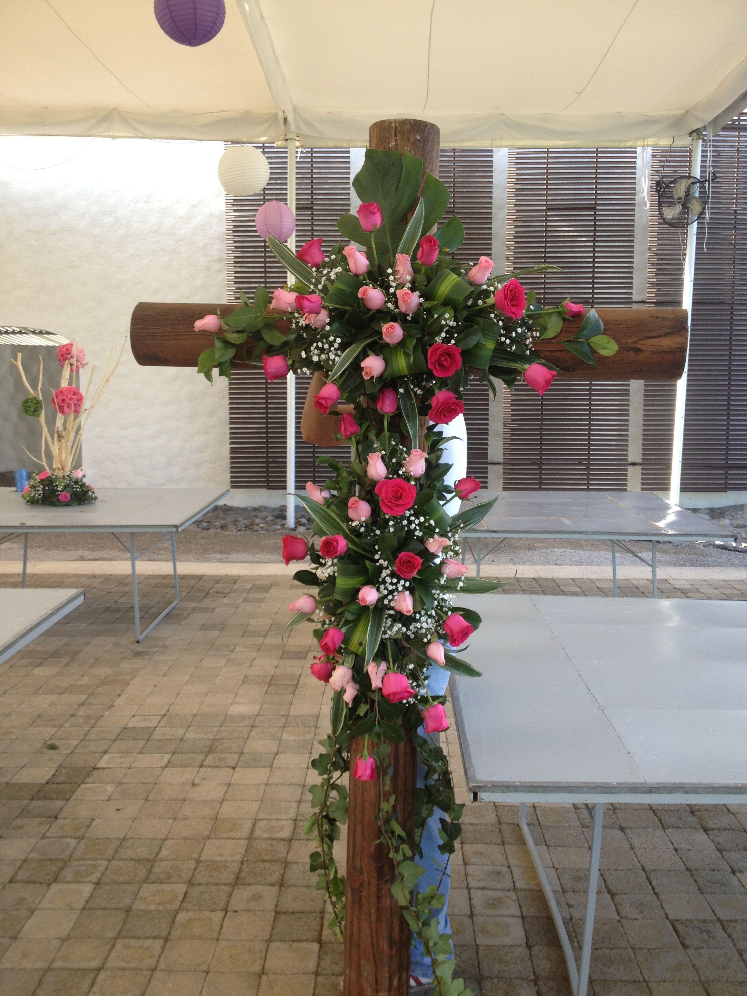 Decoración de iglesia, cruces, detalles religiosos