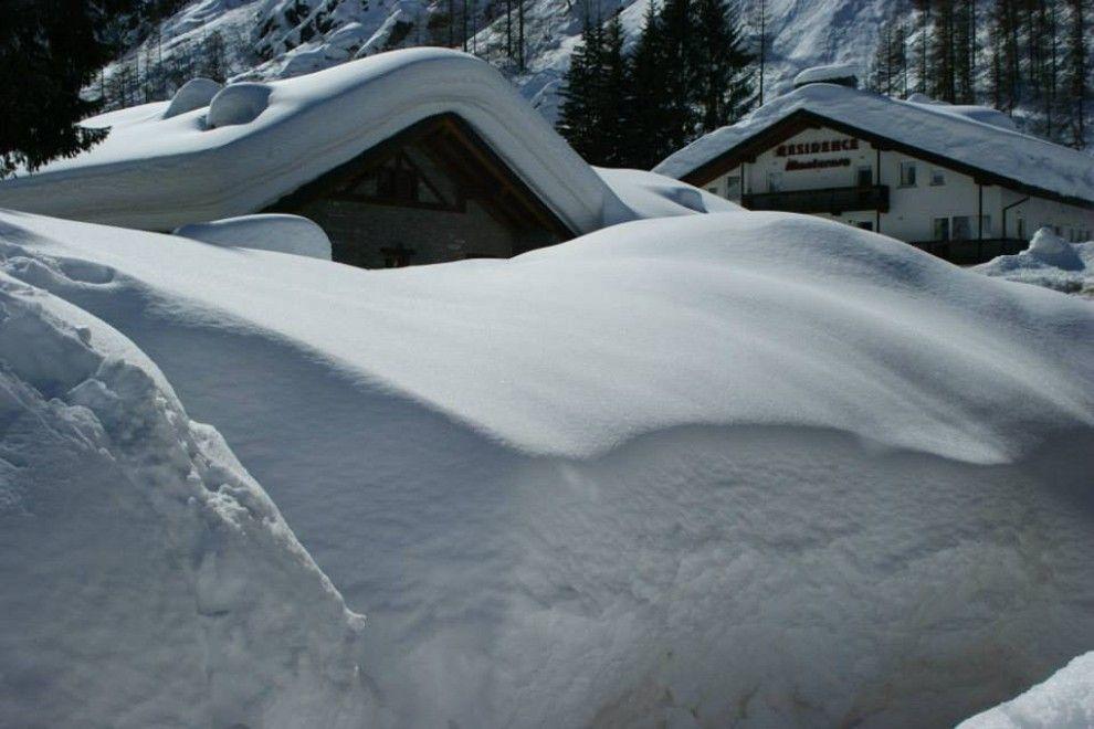 Non è così usuale riuscire a vedere due metri di neve. Montagne  bianchissime, alberi carichi, alpeggi semisepolti con impressionanti  cumuli bianchi sui tetti. E' il regalo di questo strano e caldo inverno  che ha portato tanta pioggia in pianura, ma anche tantissima neve