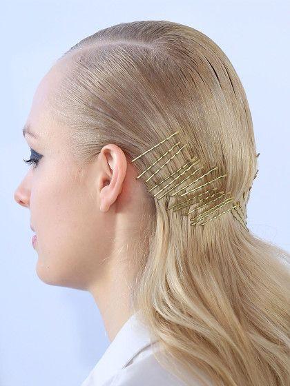 Klammern Erlaubt Rihannas Frisur Aus Bobby Pins Retro Haar Bobby Pin Frisuren Frisuren Langhaar