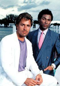 """A série """"Miami Vice"""" foi uma das séries que teve influência no vestuário masculino, fazendo surgir propostas mais arrojadas no guarda-roupa do homem da década de 80. O fato masculino começou a ter cores variadas e alguns começaram a ter um aspeto mais fluído."""