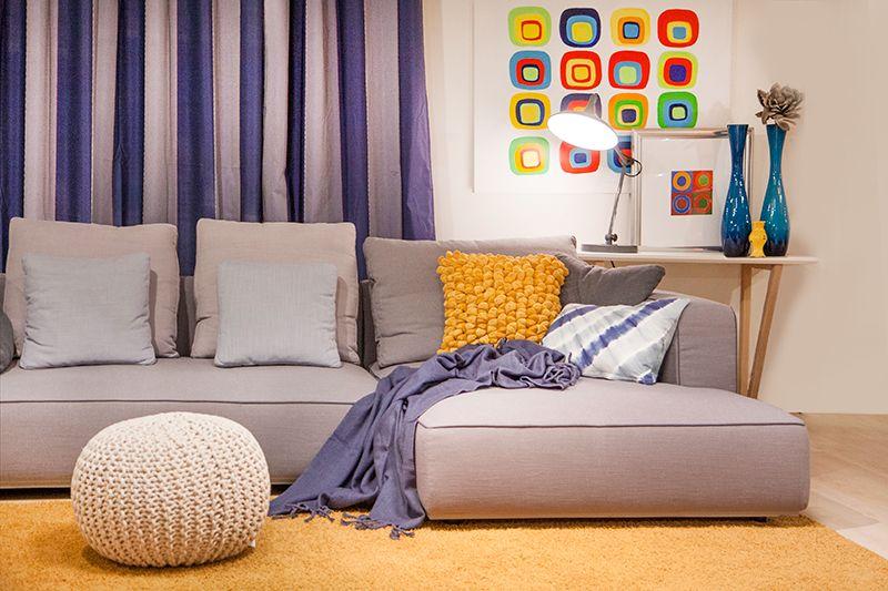 Een modern salon met hoekzetel. Dankzij kleurrijke decoratie creeër ...
