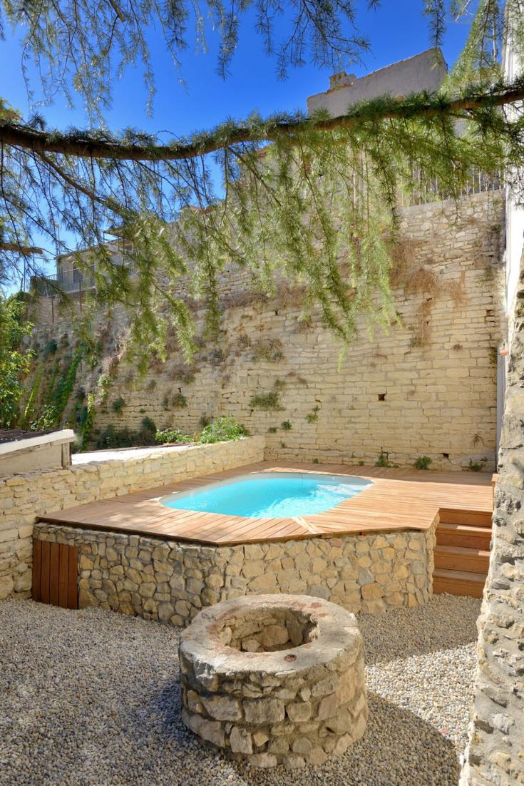 Comment aménager une terrasse de piscine adaptée à son