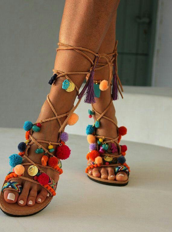 20f0bd21b8e1 Tendance Chaussures : 43 des plus belles sandales plates pour l'été 2017  tendance chaussure femme d'été 2017 – sandales à lacets avec pompons et  motifs- ...