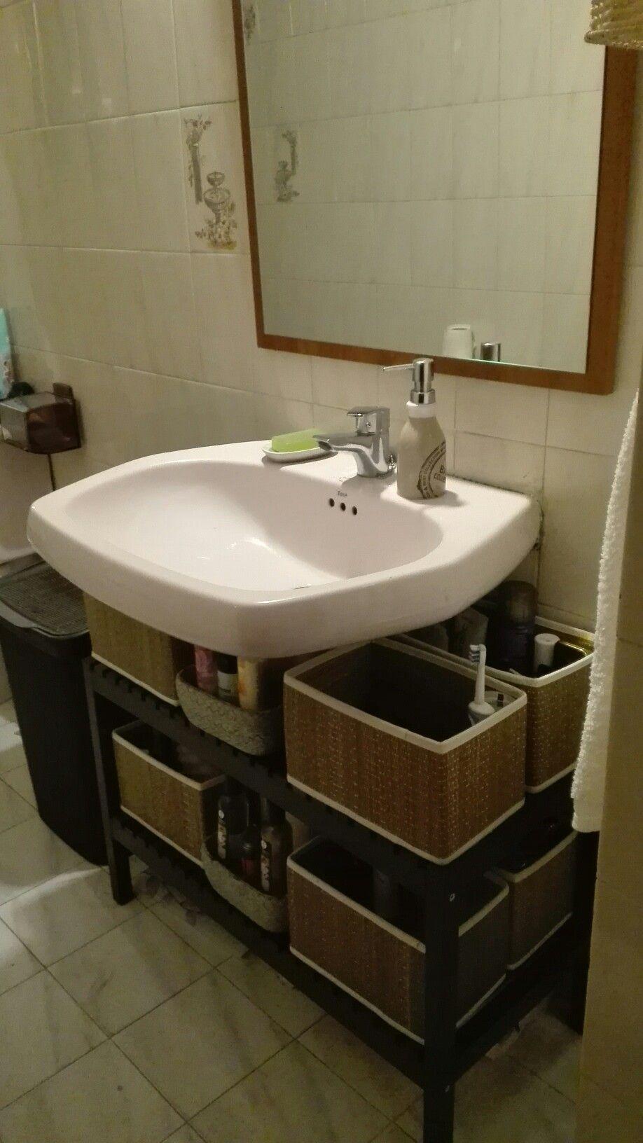 Mueble de baño, hecho con banco de baño y cestas de mimbre. El ...