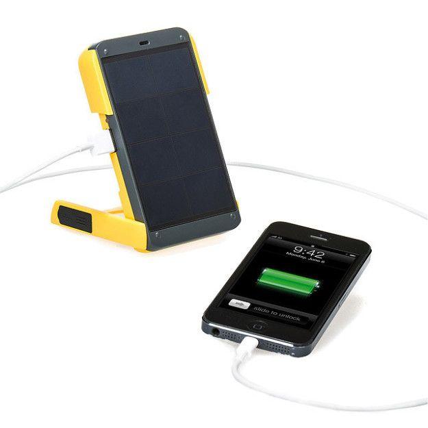 Un cargador solar y lámpara de emergencia que te da una batería llena en dos horas. | 25 Productos que te harán amar tu teléfono aún más