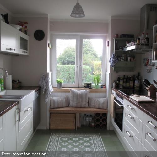 sitzbank vor dem k chenfenster deko k che k che fenster und k chen ideen. Black Bedroom Furniture Sets. Home Design Ideas