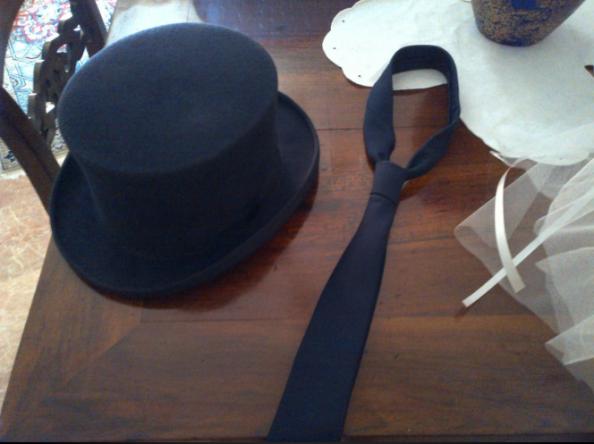 Mezzo cilindro e cravatta