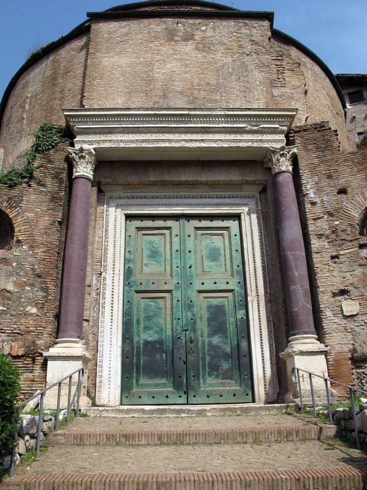 Il portale del cosiddetto Tempio di Romolo a Roma, nei Fori imperiali (probabilmente un'aula del palazzo del pretore urbano). Le sue porte in bronzo risalgono all'epoca romana.