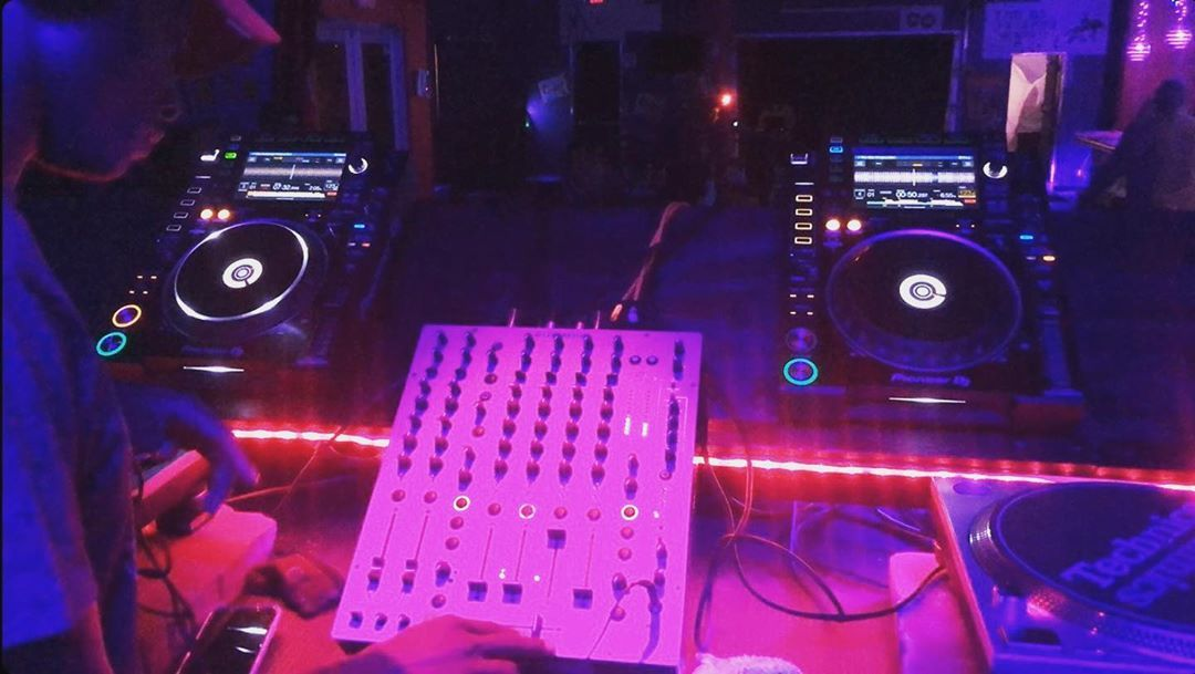 "Darron Conquest on Instagram: ""🔮The Art Of The Setup🔮 #nightlife #atl #djsetup #housemusic #technomusic #crazyatlanta #dj #nightvibes #atlnightspots #garamclutch…"""