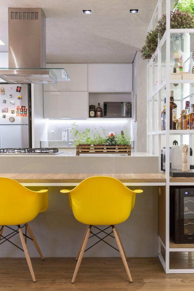 chaises Charles Eames avec coques jaunes pour la cuisine blanche avec bar ca9aee4d1727
