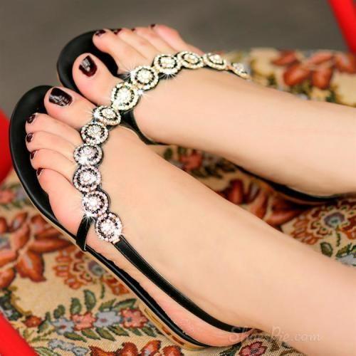 Sweet Thong Flat Sandals with Shining Rhinestone