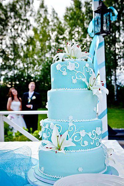 Turkoosi unelmahääkakku porkkanakakku lime- ja vadelmamoussetäytteillä. Kakun on tehnyt The Art of Cakes, Inkoo. Kaunis hääkakku on tarjoilupöydän kuningatar / Kuvat - Häät.fi