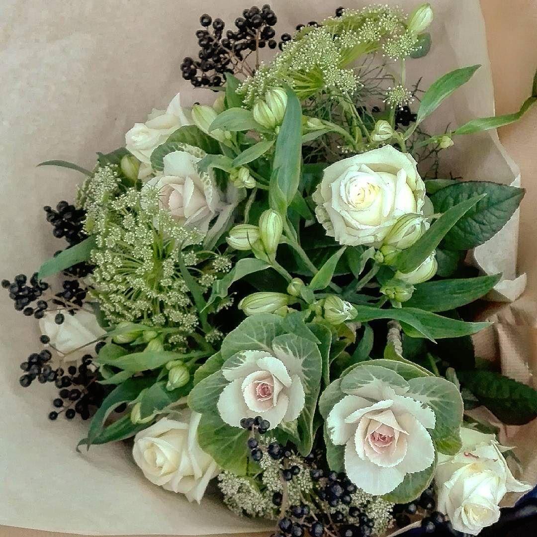 offrir un bouquet de roses fleurs de carotte et petits choux