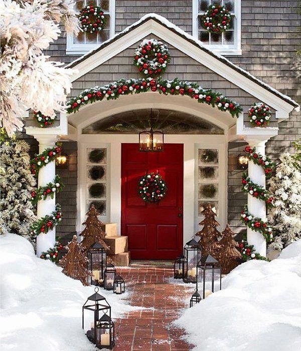 Ingresso Innevato Con Decori Lanterne E Piccoli Abeti Outdoor Christmas Outdoor Christmas Decorations Christmas Porch