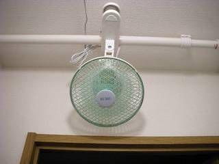 コーナンでクリップ扇風機 1280円 と強力伸縮突っ張り棒 448円 を買いました Bunがトイレの天井付近に取り付けて 電灯を点けると扇風機が回るようになりました これで今年の夏は快適です 愛のカフェテラス 扇風機 収納術 100均 インテリア 収納