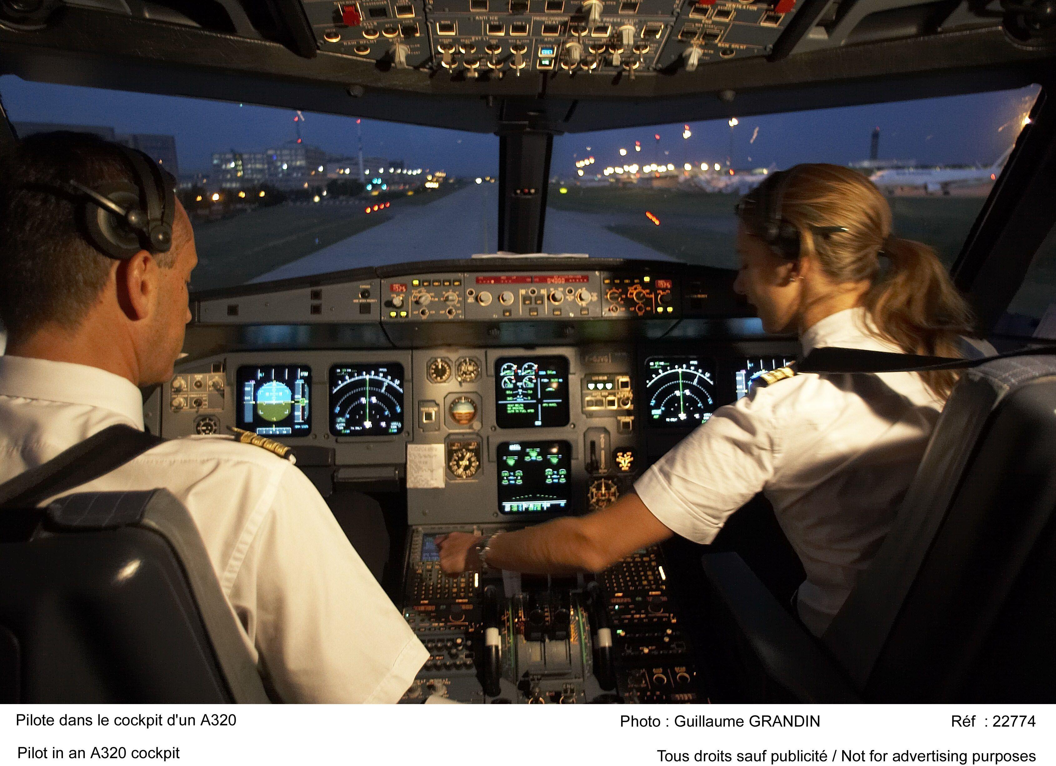 Pilote dans le cockpit d'un A320 Cockpits Pinterest