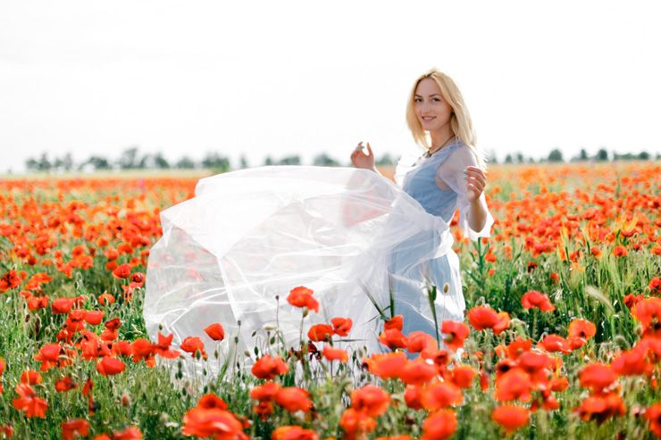 A blue gown for a Pre-wedding shoot in a poppy field | fabmood.com