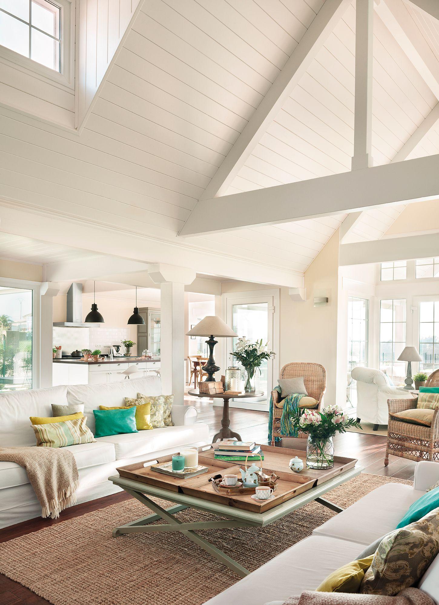 Salón en blanco con paredes de madera blancas y abierto a la ...
