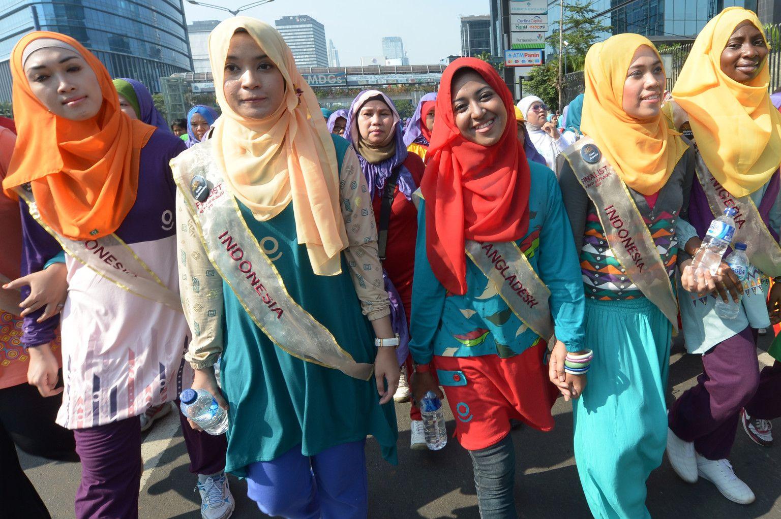 Mujer musulmana Indonesia- Bangladesh- desfile de moda (Miss World Muslimah 2013) | Galería de Arte Islámico y Fotografía