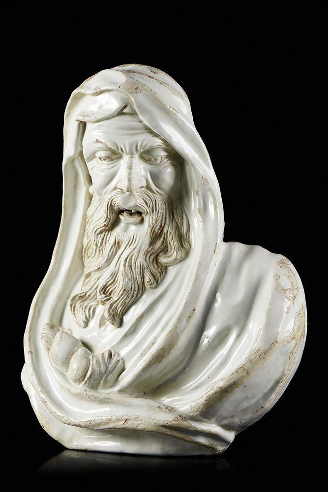 Inverno, escultura em faiança portuguesa, produção da Real Fábrica do Rato. A figura de velho está representada envolta em manto preso por dois pêssegos. Face marcada por rugas profundas e barba longa