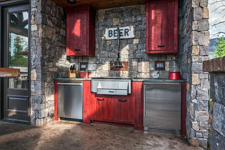 """Brentwood Outdoor Entertaining with True Residential 24"""" Undercounter Refrigerator"""