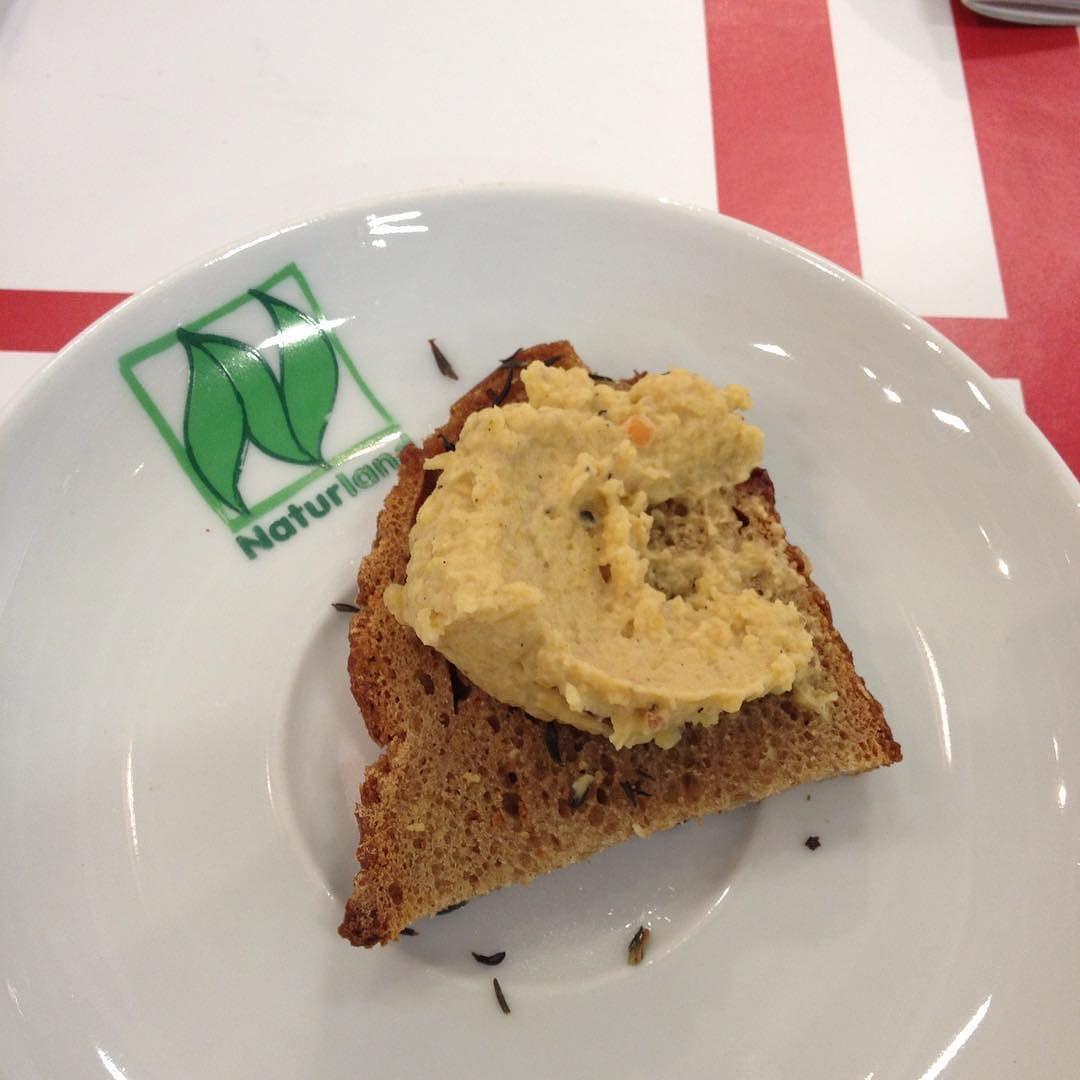 Sehr lecker: Brot der #Hofpfisterei mit Paste aus roten Linsen und Sesam! #bioigw16 #GrüneWoche #BÖLN