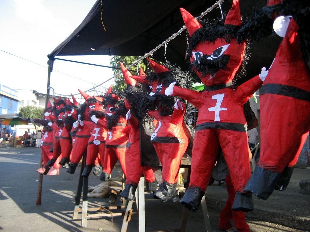 Piñatas conmemorativas para la quema del Diablo en la ciudad de ...