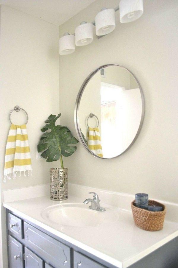 Runder Badspiegel erhellt und schmückt das Badezimmer