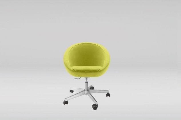 Ergonomiczny fotel Lobo Office z pięcioramienną, obrotową podstawą z polerowanego aluminium wspartą na siłowniku pneumatycznym, wykończoną kółkami samohamującymi. Fotel posiada możliwość regulacji wysokości za pomocą amortyzatora gazowego bez funkcji wychylania. #marbetstyle #lobos #fotel #biuro #meblebiurowe #meble #furniture #work #design #chair #wnętrza www.meble.lobos.pl/