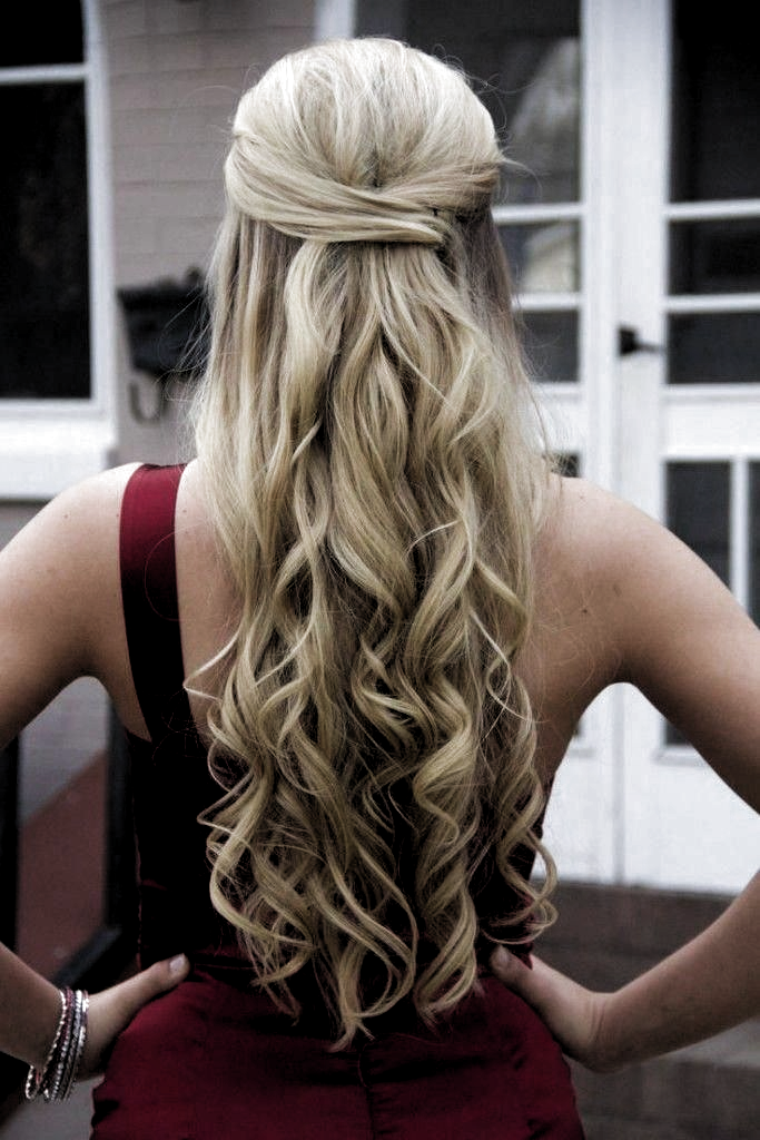 Half Up Half Down Curly Prom Hairstyles For Long Hair Curly Hairstyles For Prom Night Half Up Half Down Twist 2 Peinados Peinados Formales Peinados Elegantes