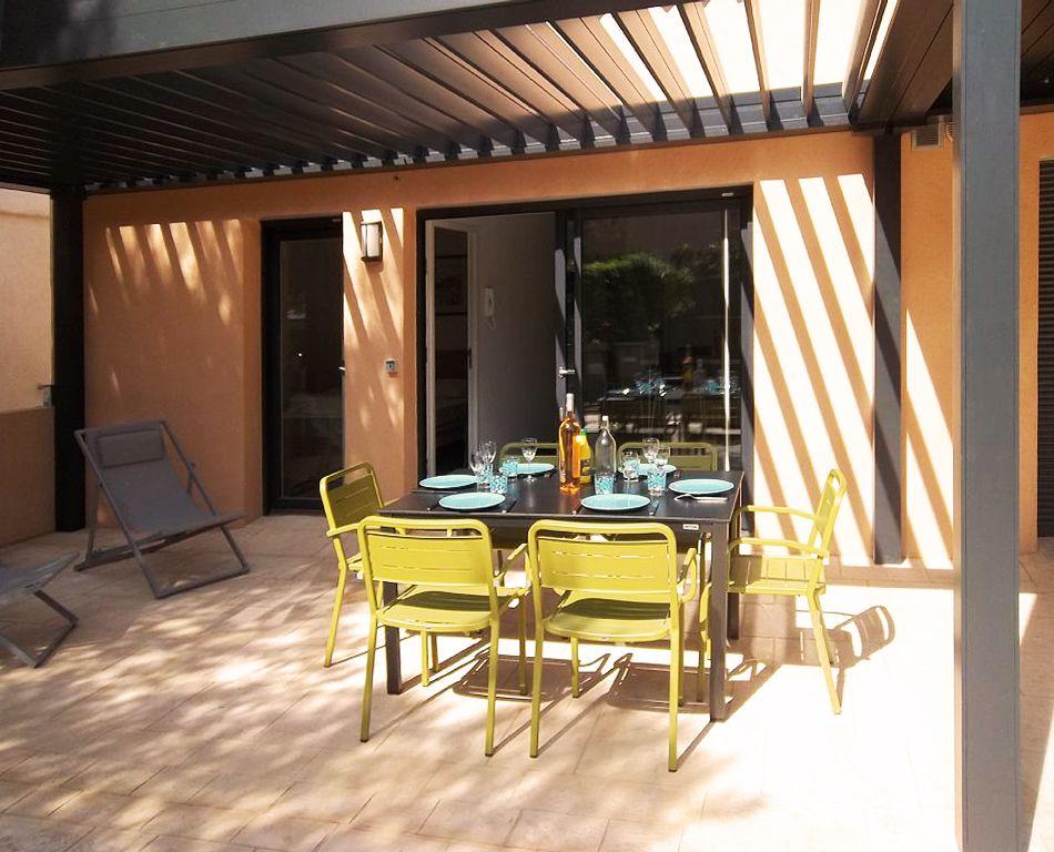 Rénovation complète et création de trois appartements à Hyères dans le sud de la France. Appartements destinés à la location. #architecte, #lamadeleine, #lille, #terrasse # pergola #appartement, #cuisine #ouverte, #DCA, #DamienClara