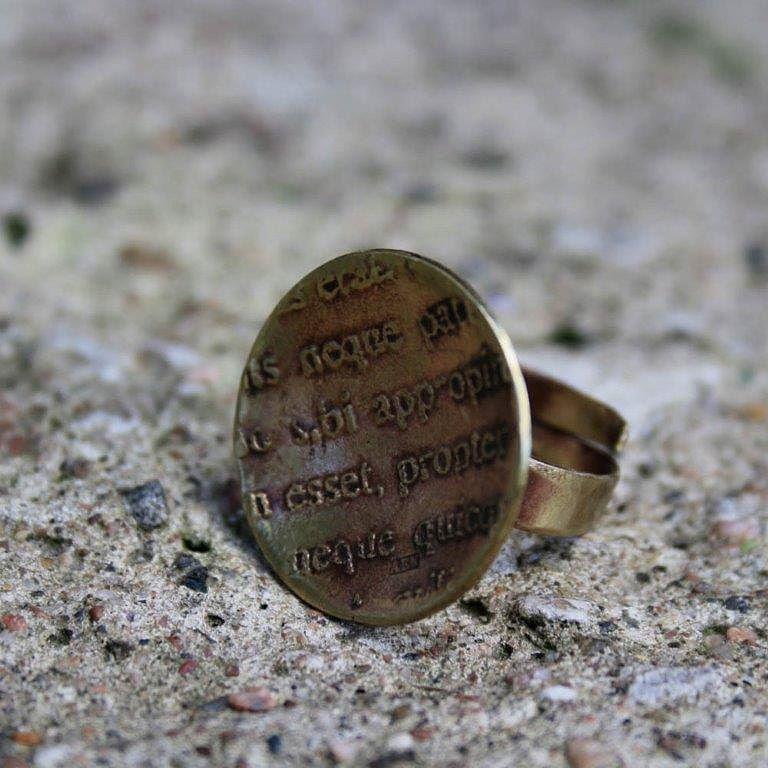 Lingua latina. Pronssisormus. Haluisitko sormuksen ehkä omalla tekstillä? #anuek #Kerava #koruseppä #sormus #pronssia  #käsityötä #rakkaudestalajiin #ring #finnishdesign #handmadejewelry #uniquejewelry