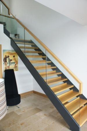 Best Dark Stringers Wood Treads And Acrylic Glass Stair Rail W 400 x 300
