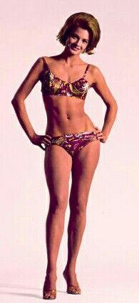 Mit ihre schlanke Körper und Mittlblond Haartyp ohne BH (BH-Größe ) auf Strand im Bikini
