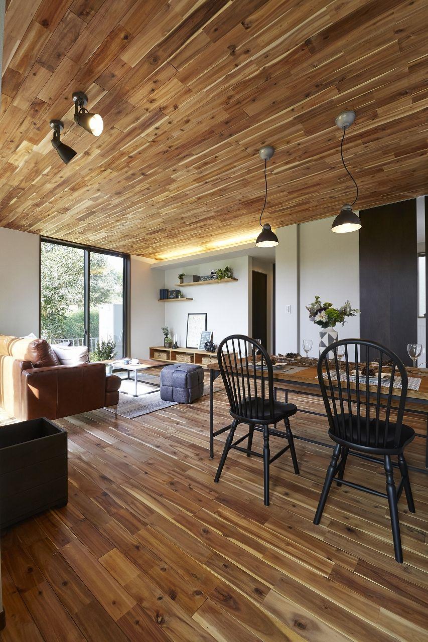 天井と床の木目がはっきりしているので 迫力のある男前の空間に