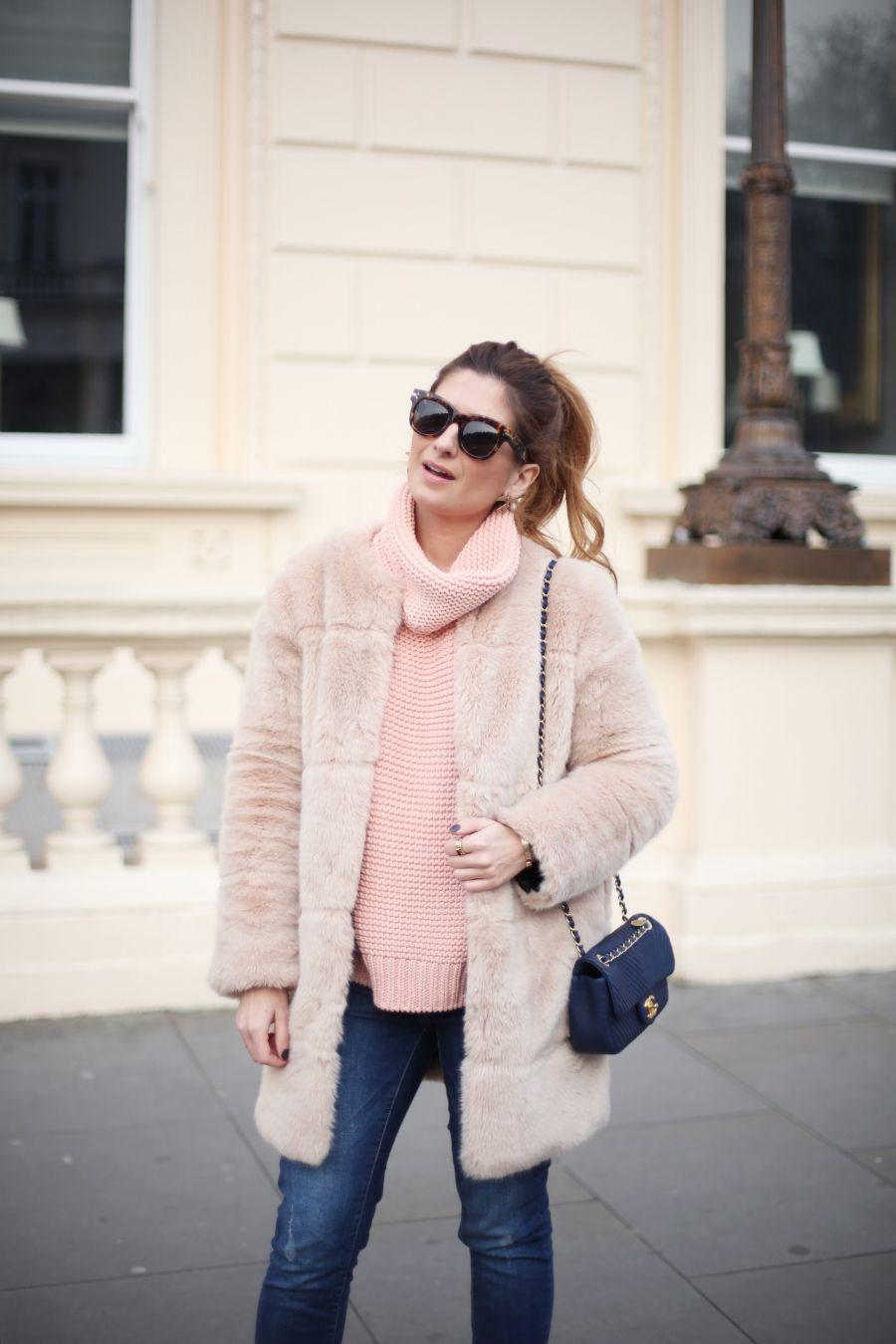 Look con abrigo de pelo y jersey rosa. A trendy life.  casual  denim  jeans   pinksweater  abrigopelo  fauxfurcoat  chanelbag  zara  elcorteingles   chanel ... e0ad5caf582