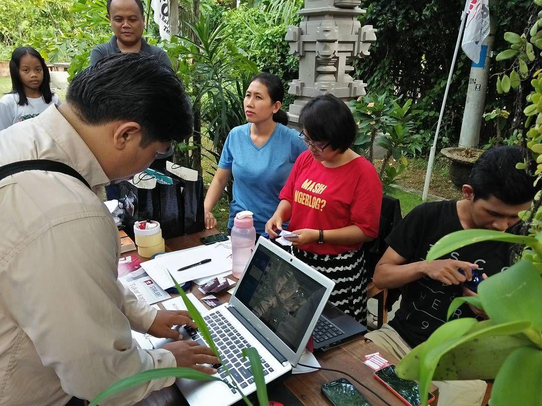Hari Ini Semua Pengunjung Jadi Admin Akun Twitter Baliblogger Yg Berusia 9 Thn Hawlo Lodexxx Siap Maem Jaje Bali Jonsonnya Taman B Instagram Membaca Taman