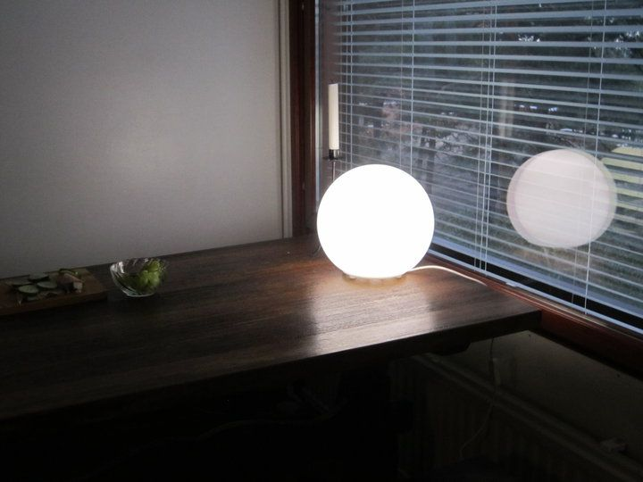 Tein itse kirkasvalolampun. Makso alle 20€. Kaupassa myytävät kirkasvalolamput on halvimmillaan noin 170€, joka muodostuu: osat noin 20€ ja sanasta kirkasvalo 150€.     Ikean FADO -lamppu (sellainen valkoinen lasinen pallo 9,50€) + sisään Osram CoolWhite 23W energiansäästölamppu, sellainen spiraalin muotoinen (9,50€)     Tehoja tossa on 1550lm. lm=lumen, eli valovirran yksikkö. (1lx = 1 lm/m2). Lamppu on CoolWhite 4000K. Kyllä toi on kirkkaampi kuin jotkut oikeat kirkasvalolamput.