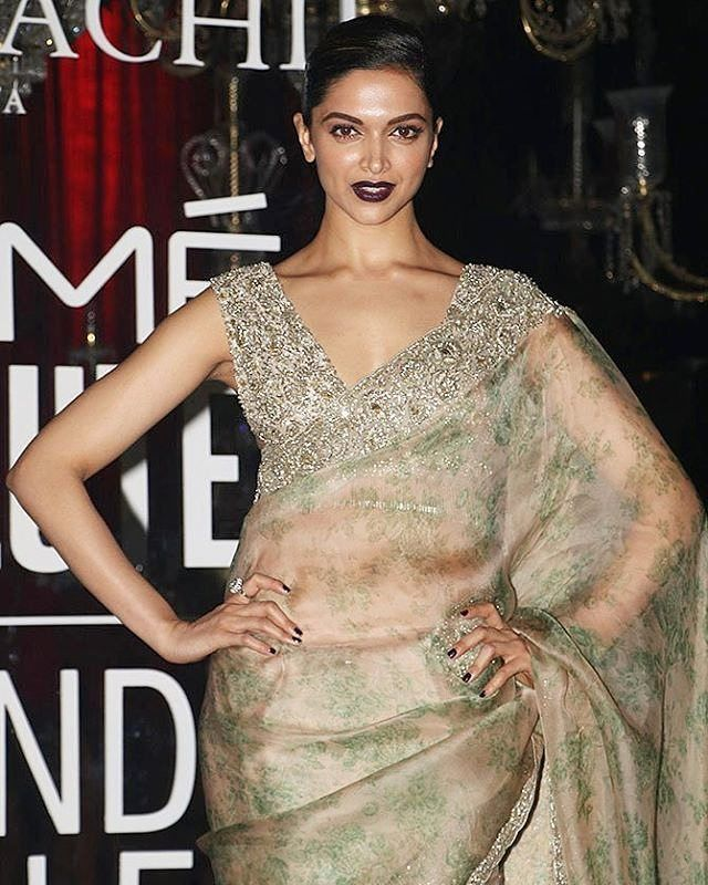 Diva! 😍@DeepikaPadukone at Lakme fashion Week Grand Finale of @sabyasachiofficial  in mumbai as she poses for cameras at the event.  #Deepika #DeepikaPadukone #LakmeFashionWeek #Sabyasachi #SabyasachiMukherjee #KarismaKapoor #Bollywood