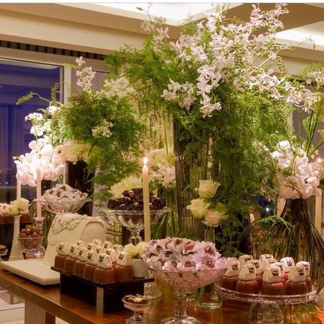 Amei esta decoração com arranjos altos folhas e flores miudas de Clarissa Rezende @clarissa_rezende e flores Monica Rezende @monicarezendeflores.