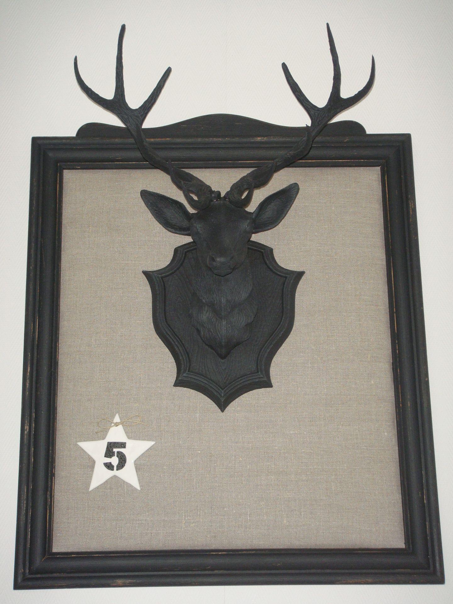 cadre style industriel tendu de lin avec troph e de cerf. Black Bedroom Furniture Sets. Home Design Ideas
