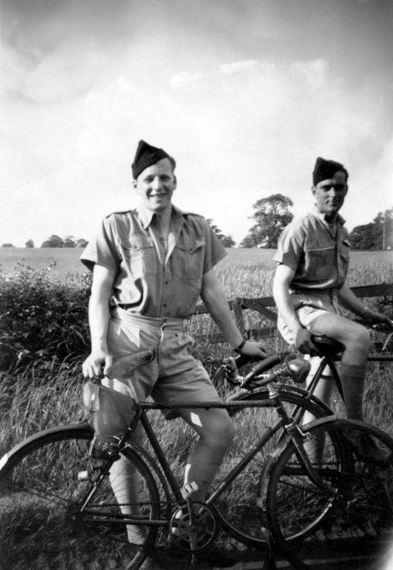 Фото: Пилоты бомбардировщика «Авро Ланкастер» 463-й эскадрильи британских ВВС Гвен Томас и Ричард Янг на велосипедной прогулке в районе английского местечка Бротон