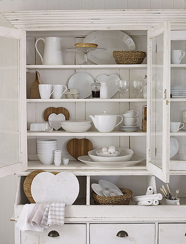 Alacena blanca con objetos ceramicos y madera decoracion vitrinas perfectas pinterest - Vitrinas para vajillas ...